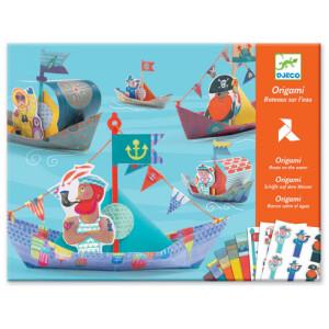 Κατασκεύη οριγκάμι από την εταιρία Djeco. Διπλώστε τα χαρτιά που περιέχονται στη συσκευασία και κατασκευάστε τις δικές σας πειρατικές βάρκες! Μπορείτε να κατασκευάσετε 15 βάρκες