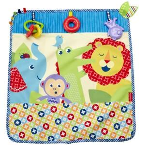 Το μωράκι σας θα αγαπήσει αυτή τη κουβερτούλα καροτσιού! Τοποθετήστε το στο πάτωμα για να παίξει το μωρό μπρούμυτα ή προσαρμόστε το στο καρότσι για να το κρατάει ζεστό. Το πάπλωμα δραστηριοτήτων πλένεται στο πλυντήριο αφού πρώτα αφαιρέσετε την κουδουνίστρα.
