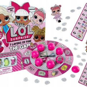 Η συλεκτική σειρά LOL Surprise σας φέρνει ένα επιτραπέζιο παιχνίδι που περιλαμβάνει πολλές εκπλήξεις και αποκλειστικά αξεσουάρ που ταιριάζουν στις κούκλες L.O.L. Surprise. Ποιόν ρόλο από τα αγαπημένα σας LOL Babies θα παίξετε σε αυτό το παιχνίδι; Συλλέξτε και ανταλλάξτε τις κάρτες που θα βρείτε στο κουτί