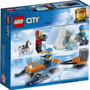 Πιάσε την κάμερα και κατευθύνσου προς το σημείο εκσκαφής με την LEGO® City 60191 Αρκτική Ομάδα Εξερεύνησης! Η ομάδα έχει βρει ένα απίθανο τεχνούργημα και πρέπει να το βγάλουν πρώτα φωτογραφίες πριν το πάνε πίσω στη βάση. Φόρτωσε το όχημα του χιονιού και πήγαινε μέχρι το κομμάτι του πάγου. Ελευθέρωσε το τεχνούργημα από τον πάγο με το πριόνι και αποθήκευσέ το προσεκτικά μέσα στο αποθηκευτικό κουτί του τρέιλερ. Φώναξε το σκύλο πριν απομακρυνθεί πολύ