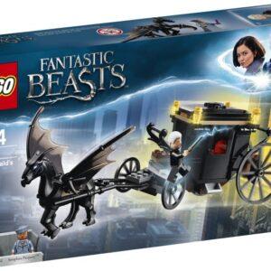 Έτοιμα τα ραβδιά! Ετοιμάσου για μια μαγική μάχη με την LEGO® Fantastic Beasts™ 75951 Απόδραση του Γκρίντελβαλντ και βοήθησε τη Σεραφίνα Πίκερι να σταματήσει τον μοχθηρό Γκρίντελβαλντ για να μην το σκάσει με την ιπτάμενη άμαξα που τη σέρνει ένα Θέστραλ. Επιστράτευσε τα πιο ισχυρά σου μάγια πριν ο Σκοτεινός μάγος κάνει τα δικά του σκοτεινά ξόρκια και το σκάσει από το MACUSA με το φτερωτό άλογο!