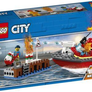 Γίνε μέλος του Πυροσβεστικού Σώματος της LEGO® City και προστάτευσε τις αποβάθρες! Ο εργάτης της αποβάθρας ήταν απασχολημένος και δεν είδε ότι το βαρέλι με το πετρέλαιο έβγαζε καπνούς