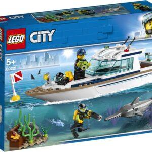 Ρίξε τη σημαδούρα κατάδυσης και ετοιμάσου για περιπέτειες! Φόρεσε τον εξοπλισμό σου και πέσε από το πλάι του Γιωτ Καταδύσεων μέσα στα βαθιά γαλάζια νερά της θάλασσας της LEGO® City. Άνοιξε τη βιντεοκάμερά σου και δες τι μπορείς να βρεις. Τι είναι αυτό εκεί; Σεντούκι θησαυρού; Πρόσεχε τον ξιφία! Όταν τελειώσεις