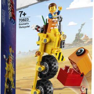 Μπορείς να σταματήσεις μια εξωγήινη εισβολή; Ανέβασε τις ικανότητες αρχιμάστορα που διαθέτεις σε νέα επίπεδα και αναπαράστησε σκηνές από την ΤΑΙΝΙΑ LEGO 2™ με το Τρίκυκλο του Έμμετ! Βάλε βενζίνη σε αυτό το σούπερ ψηλό τρίκυκλο στο σταθμό καυσίμων. Εκτόξευσε μια ζάντα προς τον εξωγήινο εισβολέα με τον καταπέλτη. Στη συνέχεια