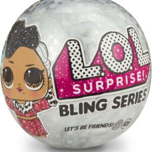 Τώρα η μπάλα των  L.O.L. Surprise γίνεται στολίδι για να διακοσμήσετε το χώρο σας με τις αγαπημένες σας L.O.L. Surprise κουκλίτσες! Κάθε μία βρίσκεται μέσα σε ημιδιάφανη μπάλα με κορδονάκι για να την κρεμάσετε όπου θέλετε!Η συλλογή περιλαμβάνει 12 από τους πιο δημοφιλείς L.O.L. Surprise χαρακτήρες με ανανεωμένο λαμπερό φινίρισμα και κομψά χτενίσματα! Αναζητήστε την Splash Queen
